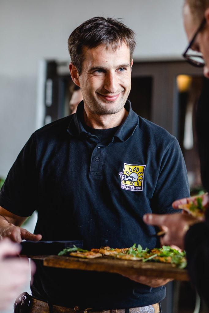 Guido Sippel serviert Flammkuchen